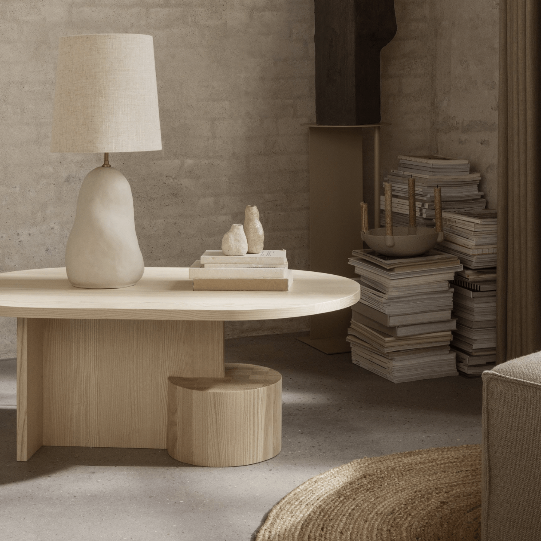 Lampe et table basse aux formes organiques