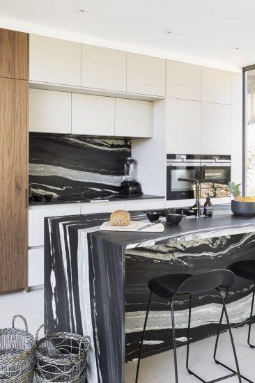Cuisine design avec son bar blanc et noir